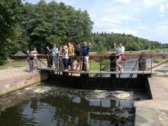 Šliuzo vartų viršuje įrengtas tiltelis turistams