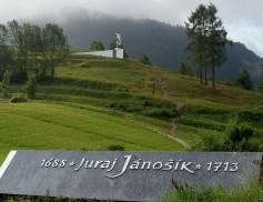 Janošiko skulptūra pastatyta 1988m praėjus 300m po jo gimimo