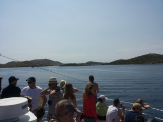 Turistus vilioja plaukimas tarp salų